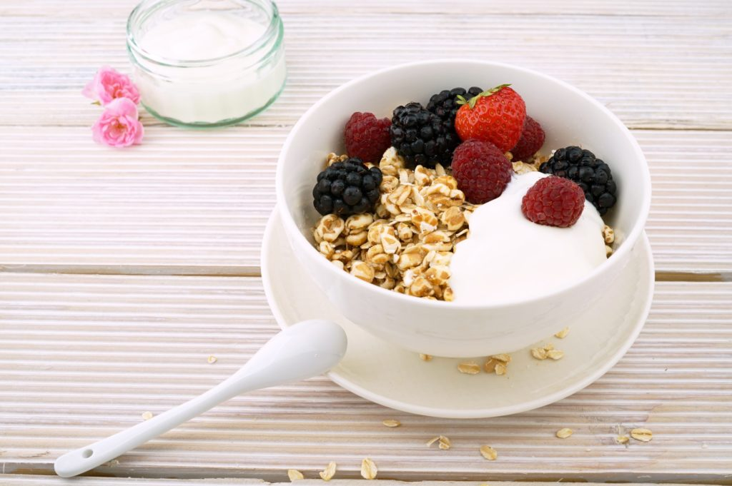 yogurt-and-raspberries-to-lose-weight